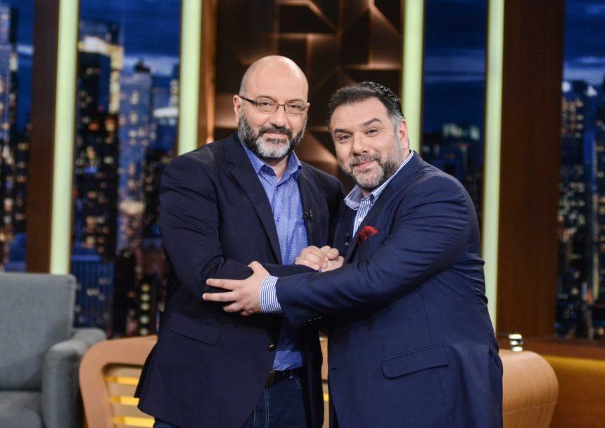 Ο Γρηγόρης Αρναούτογλου συναντά για πρώτη φορά τηλεοπτικά τον αδερφό του, Σάκη, και μιλούν για όλα! (pics) | tlife.gr