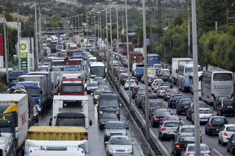 Ανατροπή νταλίκας στην Αττική Οδό – Κλειστές οι δυο λωρίδες στο ύψος του Ασπρόπυργου | tlife.gr