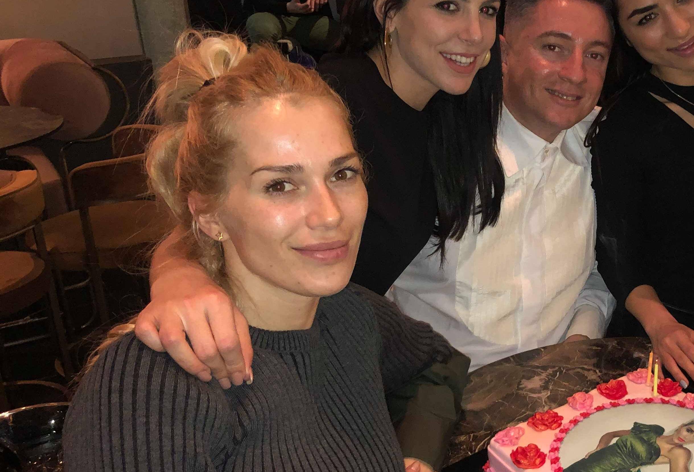 Βικτώρια Καρύδα: Η σπάνια έξοδος για τα γενέθλια αγαπημένου της φίλου, μετά τα δύσκολα! [pics,vid]