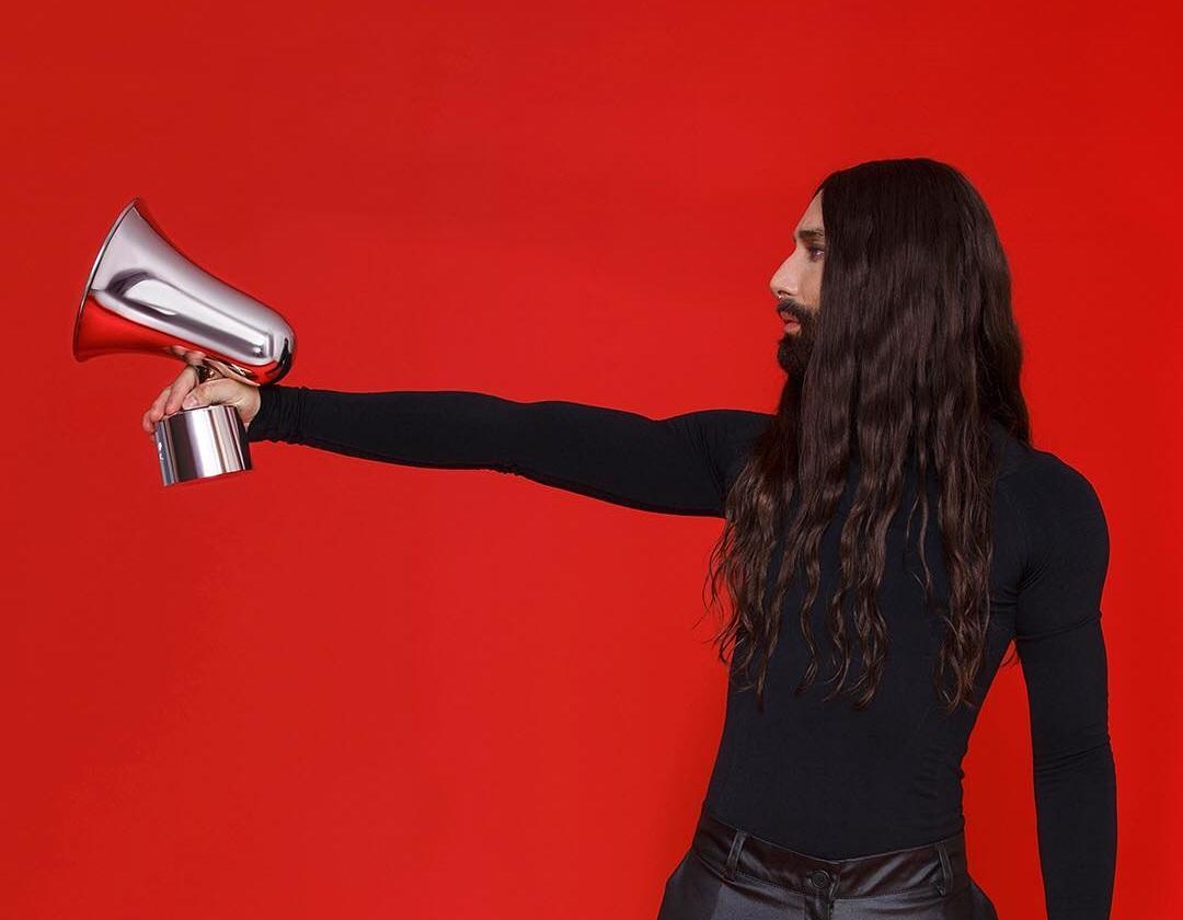 Αγνώριστη  η Conchita της Εurovision! Με ξυρισμένο κεφάλι και λαμπερές τουαλέτες! [pics]   tlife.gr