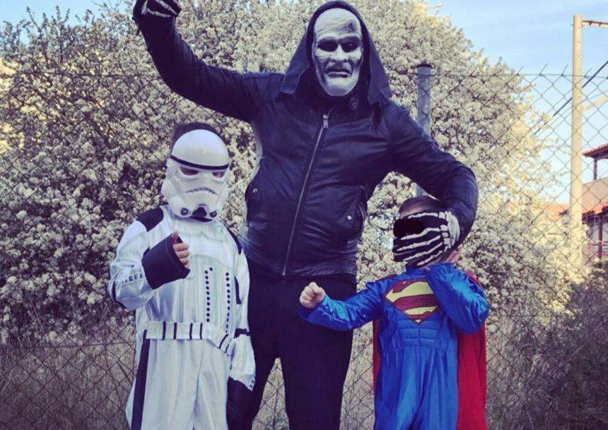 Ποιος Έλληνας παρουσιαστής έκανε αυτή τη μεταμφίεση και φωτογραφήθηκε μαζί με τους γιους του; | tlife.gr