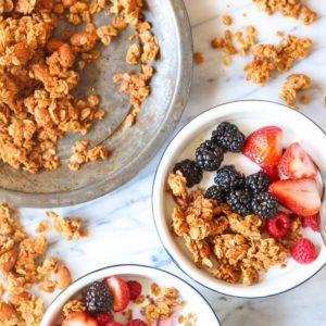 Σπιτική granola με βούτυρο αμυγδάλου και μπαχαρικά