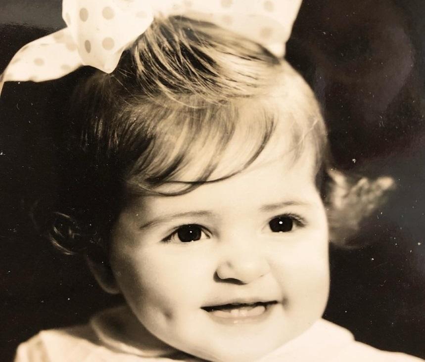 Το γλυκό κοριτσάκι της φωτογραφίας είναι διάσημη ηθοποιός! Την αναγνωρίζεις;