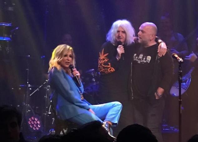 Άννα Βίσση: στη σκηνή με Νίκο Καρβέλα & Μπάμπη Στόκα! video | tlife.gr
