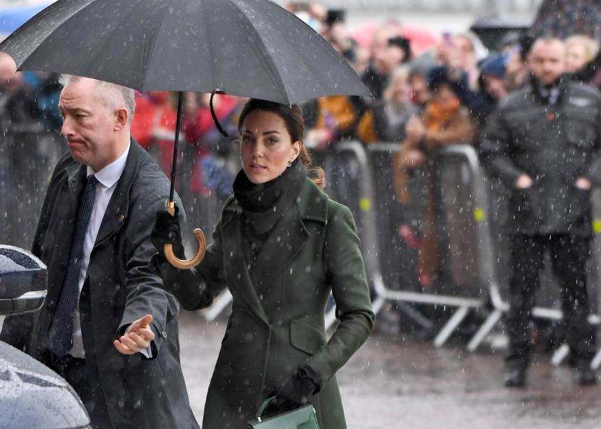 H Kate Middleton απόλυτα κομψή ακόμη και στην… βροχή! | tlife.gr
