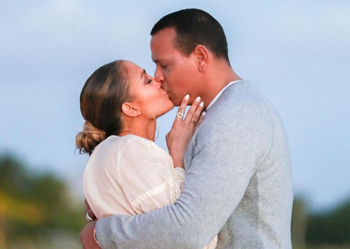 Jennifer Lopez: Οι πρώτες φωτογραφίες από την εντυπωσιακή πρόταση γάμου που δέχτηκε και τα καυτά φιλιά με τον σύντροφό της! [pics] | tlife.gr