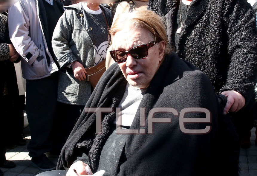 Μαίρη Χρονοπούλου: Συγκλόνισε στην κηδεία του Φαίδωνα Γεωργίτση – «Αγόρι απέναντι αντίο»! [pics,vid] | tlife.gr