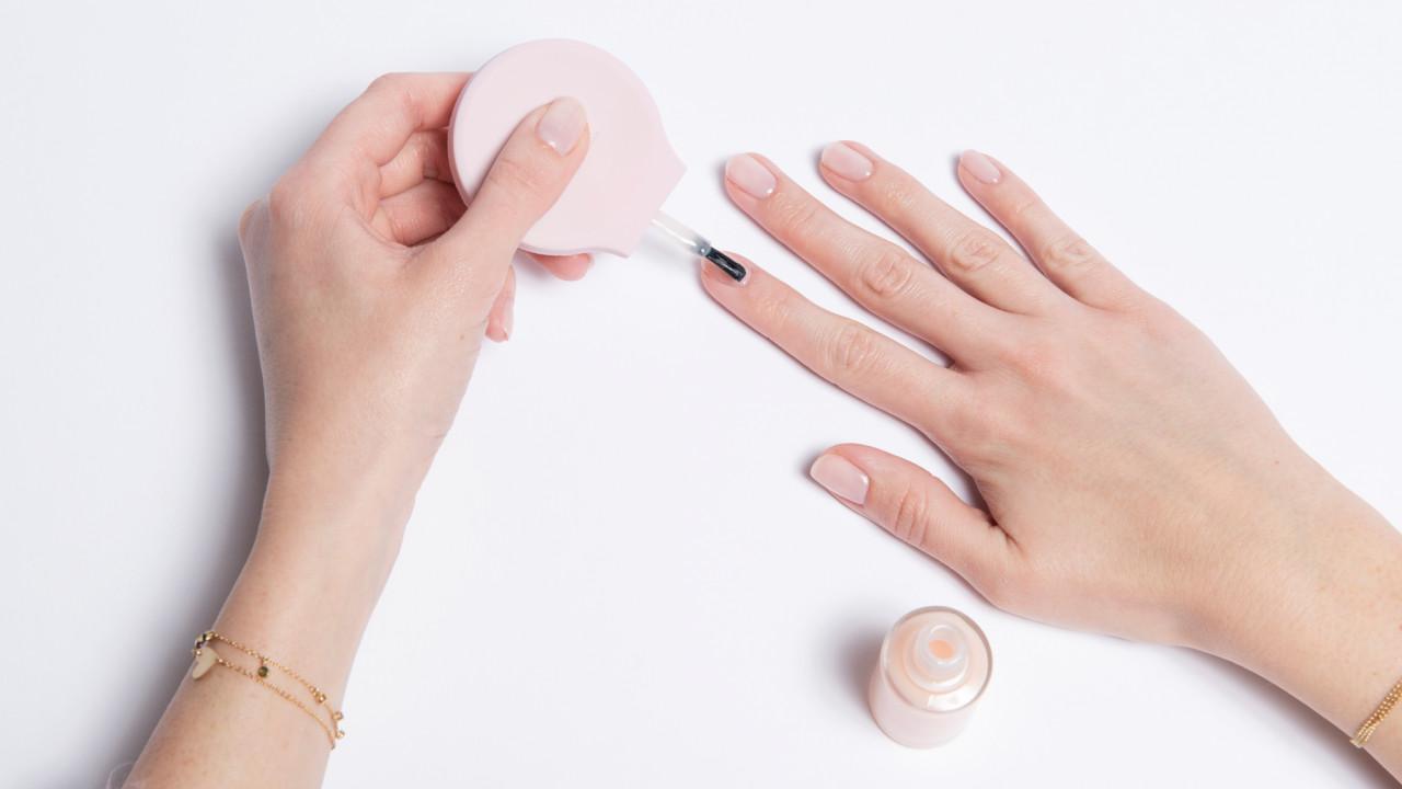 Δυσκολεύεσαι να βάψεις τα νύχια σου με το αριστερό; Αυτό το βερνίκι είναι σωτήριο (λένε)!
