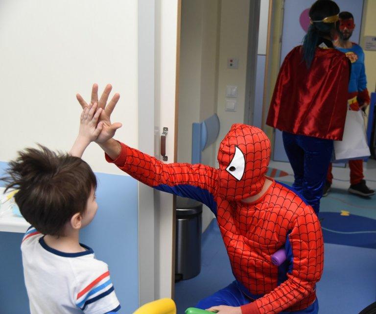 Αποκριάτικη γιορτή-έκπληξη από τον ΟΠΑΠ στα παιδιατρικά νοσοκομεία – Δώρα και χαμόγελα στα παιδιά   tlife.gr