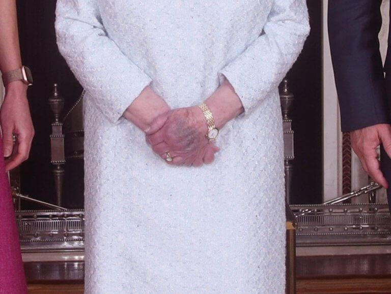 Τι τρέχει με τα μελανιασμένα χέρια της Βασίλισσας Ελισάβετ; [pics] | tlife.gr