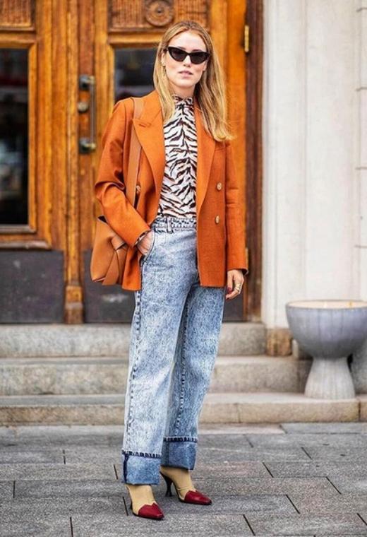 Στοκχόλμη με dark orange σακάκι | tlife.gr