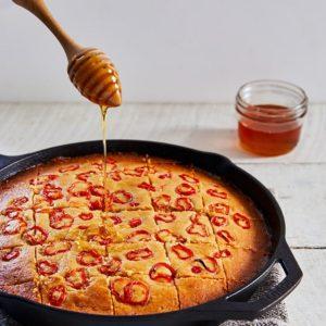 Γλυκό καλαμποκόψωμο με καυτερές πιπεριές