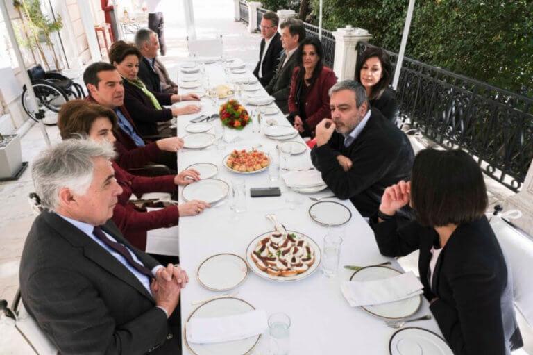 Ευρωεκλογές 2019: Ο Τσίπρας υποδέχτηκε στη… βεράντα του Μαξίμου τους υποψήφιους ευρωβουλευτές [pics] | tlife.gr
