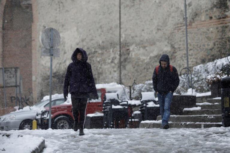 Καιρός: Από Άνοιξη… Χειμώνας με βροχές αλλά και χιόνια αύριο Τρίτη! | tlife.gr