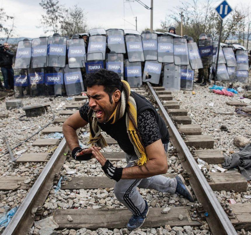 Γιάννης Μπεχράκης: 12 συγκλονιστικές φωτογραφίες του βραβευμένου φωτορεπόρτερ που έφυγε από τη ζωή | tlife.gr