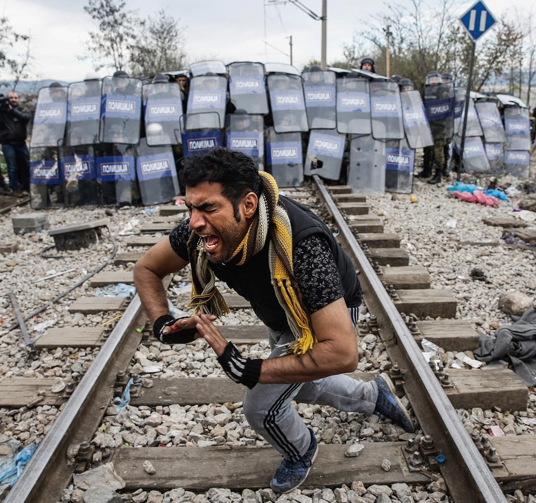 Γιάννης Μπεχράκης: 12 συγκλονιστικές φωτογραφίες του βραβευμένου φωτορεπόρτερ που έφυγε από τη ζωή   tlife.gr