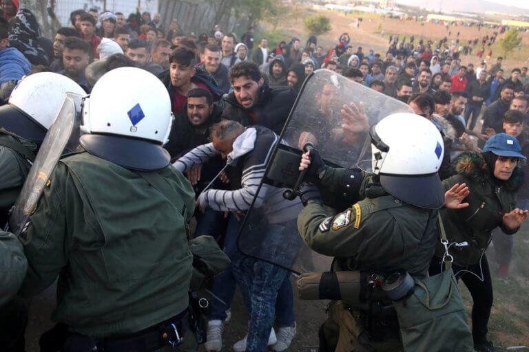 Θεσσαλονίκη: Νέα επεισόδια στα Διαβατά – ΜΑΤ απέναντι σε μετανάστες – Συγκρούσεις στην κάμερα! | tlife.gr