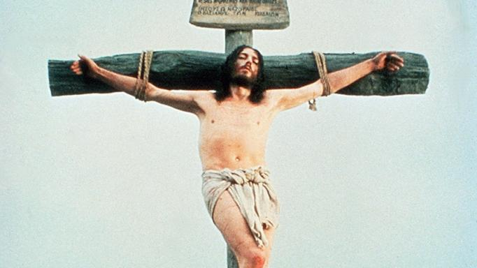 Ο Ιησούς από τη Ναζαρέτ: Ο πρωταγωνιστής πίνει και καπνίζει πάνω στον Σταυρό! | tlife.gr