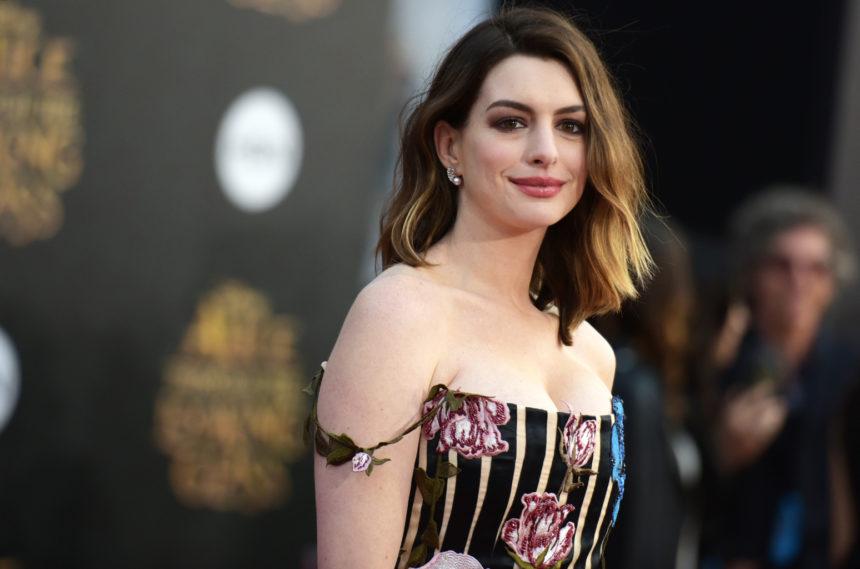 Anne Hathaway: Η ριζοσπαστική απόφαση που πήρε για χάρη του γιου της