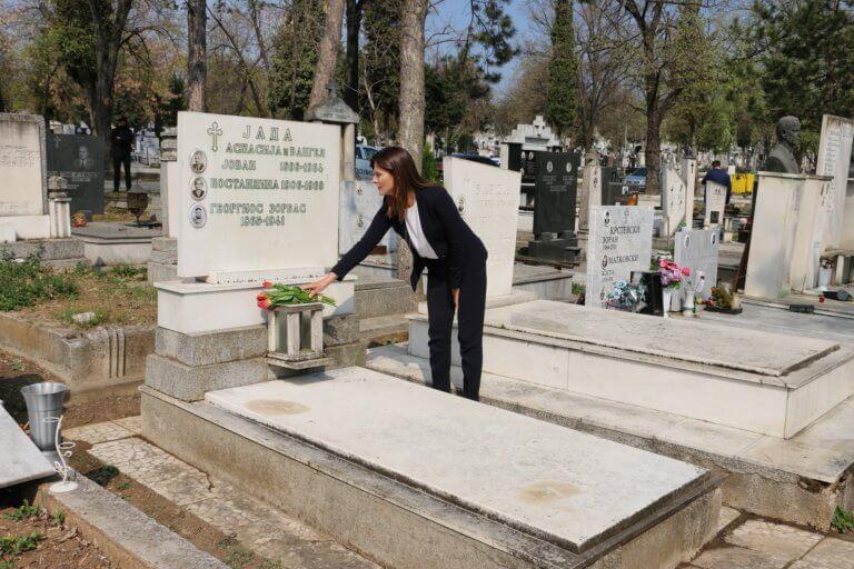 Μπέτυ Μπαζιάνα: Άφησε λουλούδια στον τάφο του Αλέξη Ζορμπά | tlife.gr