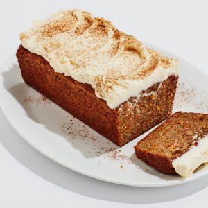 Υγρό και fudgy κέικ καρότου με γλάσο από τυρί κρέμα