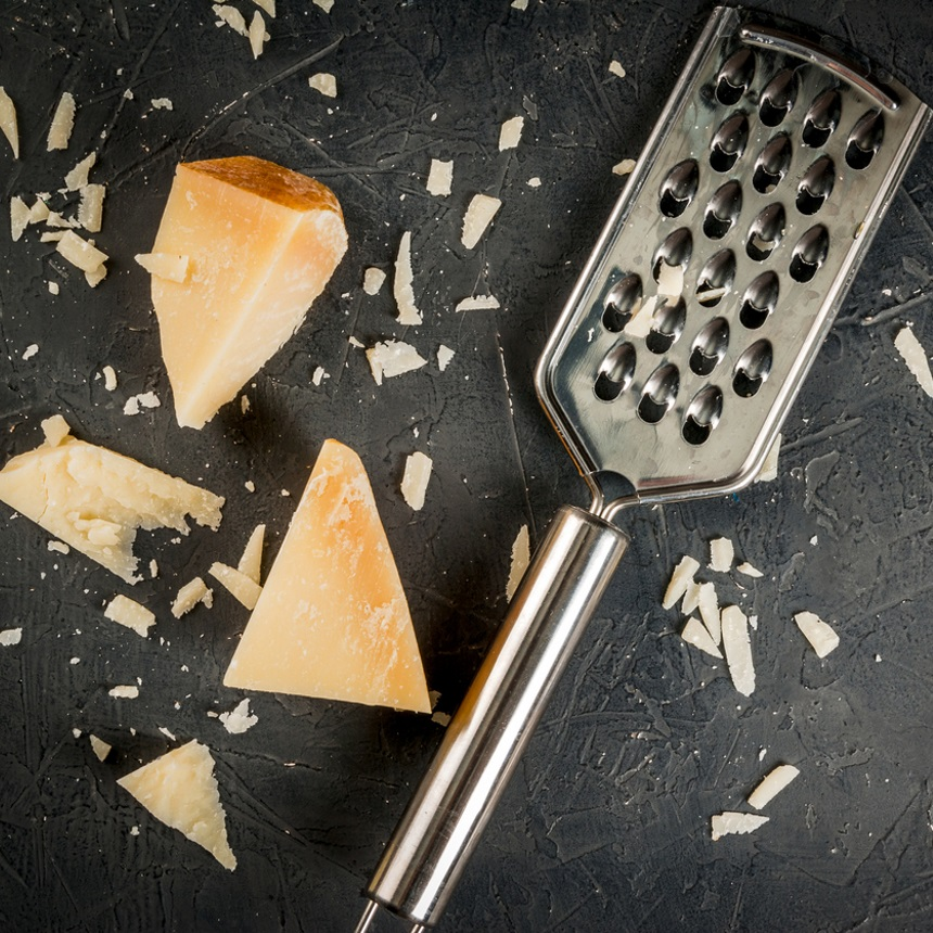 Θέλεις να καθαρίσεις τον τρίφτη του τυριού; Σου έχω βρει τον καλύτερο τρόπο! | tlife.gr