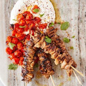 Σουβλάκια κοτόπουλου με ντοματίνια και ντιπ γιαουρτιού