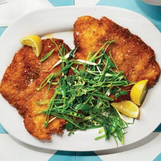Τραγανά σνίτσελ κοτόπουλου με προσούτο και σαλάτα μπιζελιών   tlife.gr