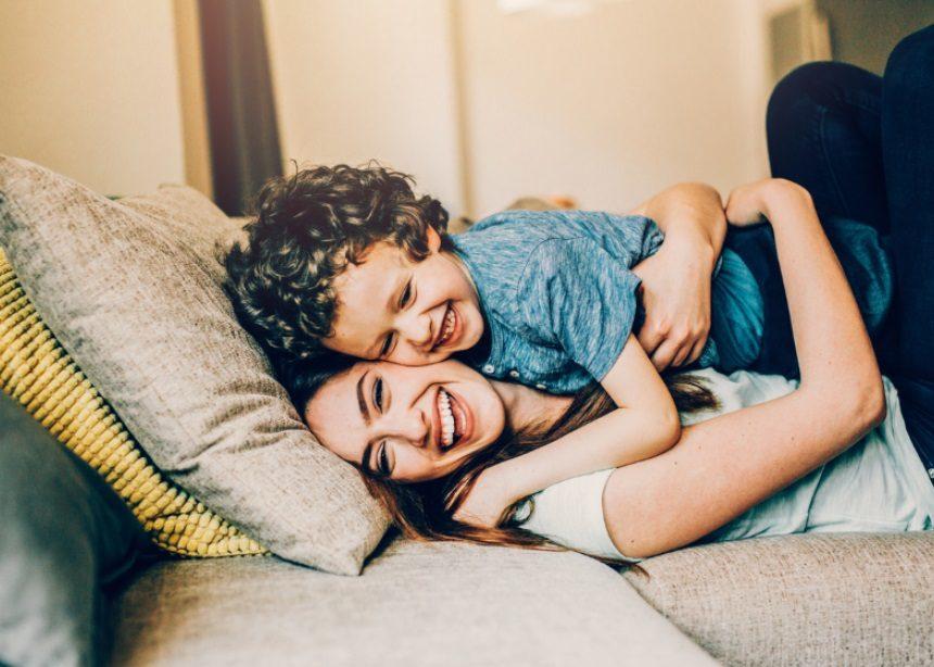 Γιατί πρέπει να γελάς με τα αστεία του παιδιού σου; Έρευνες έχουν τις απαντήσεις! | tlife.gr