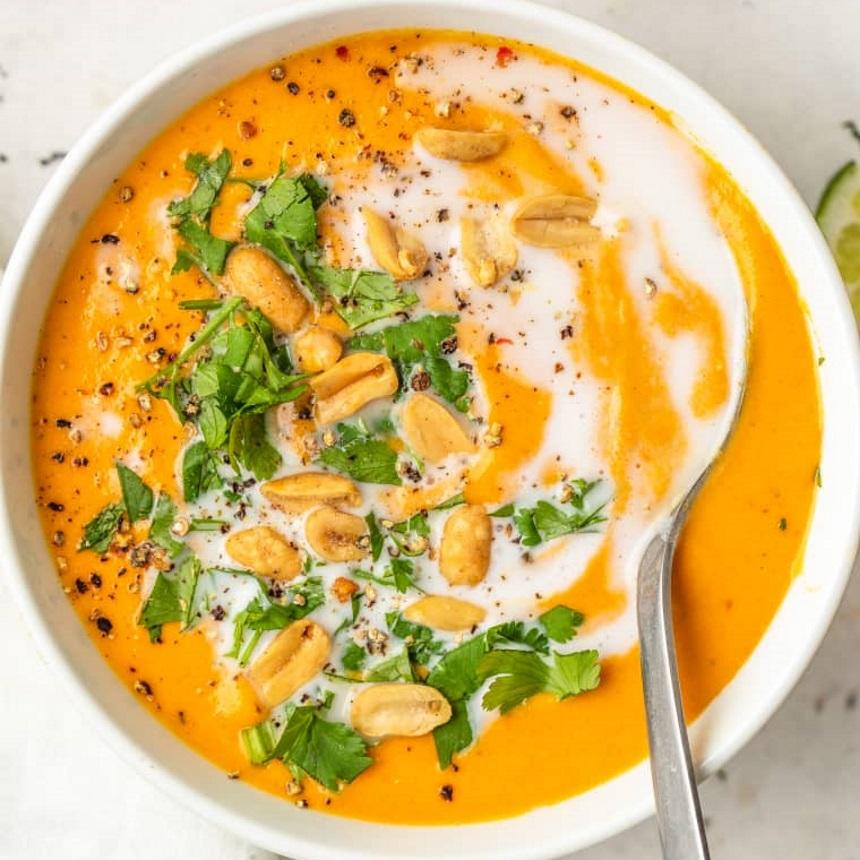 Spicy βελουτέ σούπα καρότου με κόκκινο κάρυ και φιστικοβούτυρο