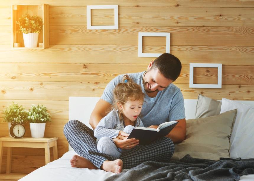 Daddy time: Πώς το διάβασμα ενός βιβλίου στο παιδί κάνει τον μπαμπά καλύτερο γονέα