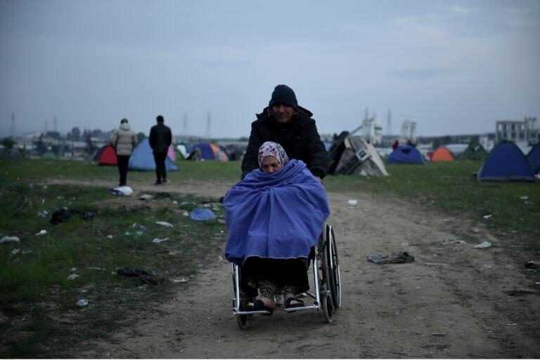 Για τρίτη μέρα παραμένουν οι πρόσφυγες στα Διαβατά! Συνεχίζουν να ελπίζουν πως θα φτάσουν στα σύνορα | tlife.gr