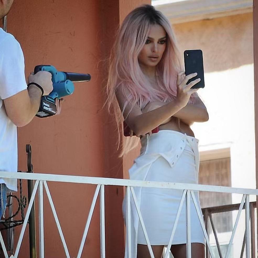 Emily Ratajkowski: Η topless φωτογράφιση με τα ροζ μαλλιά που της έφτιαξε ο Δημήτρης Γιαννέτος! [pics]