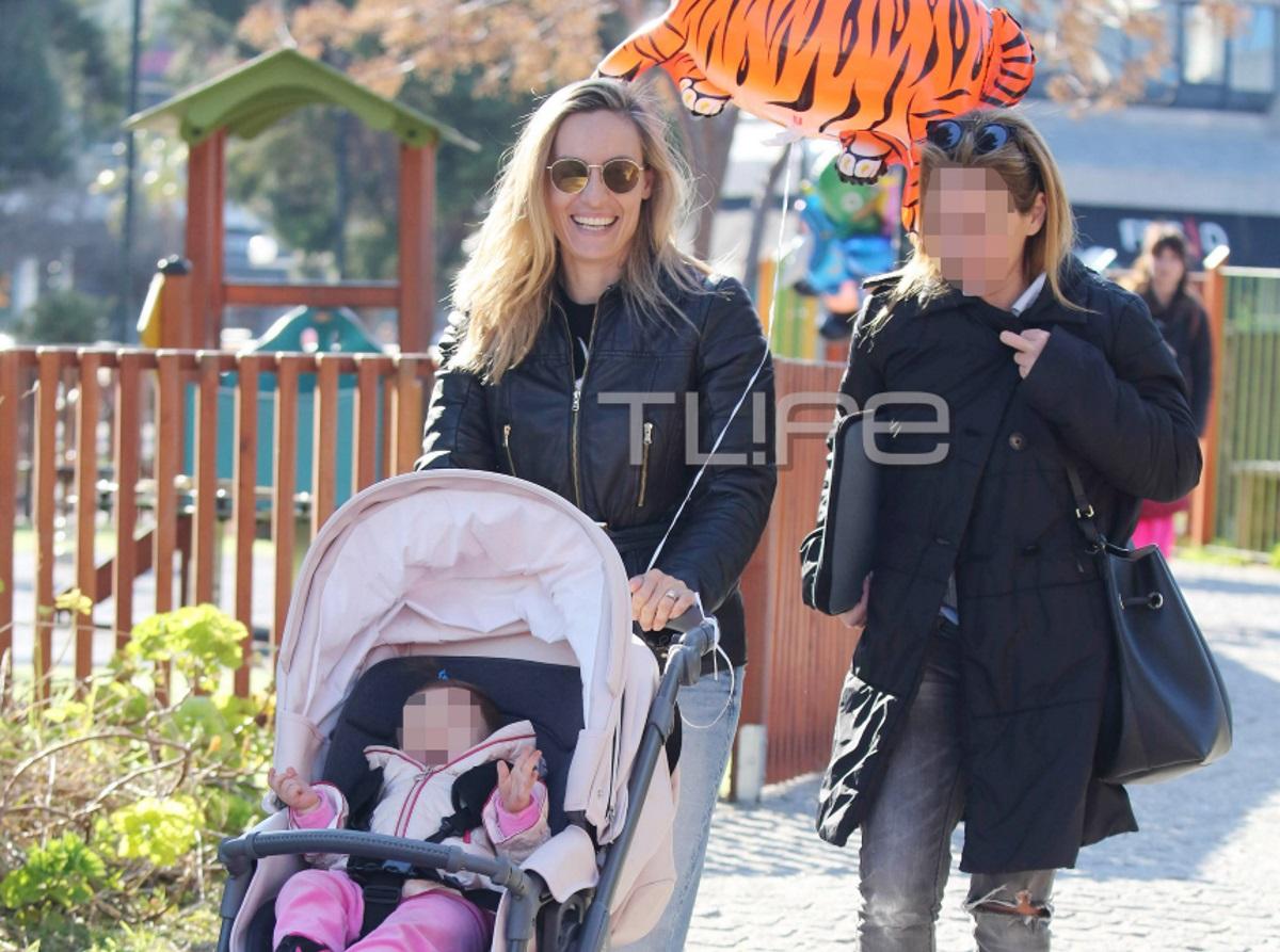 Ελεονώρα Μελέτη: Στην παιδική χαρά με την κόρη της, Αλεξάνδρα, λίγο πριν γιορτάσουν τα πρώτα της γενέθλια [pics]