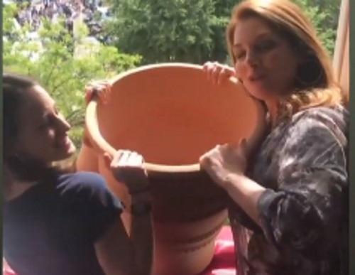 Άντζελα Γκερέκου: Πιστή στο έθιμο της Κέρκυρας! Η στιγμή που ρίχνει την κανάτα από το παράθυρο! Βίντεο