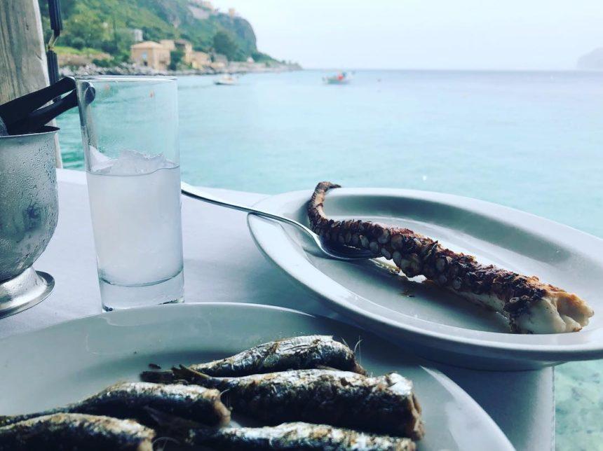Ποιος Έλληνας παρουσιαστής απόλαυσε το ουζάκι και το χταπόδι του στην παραλία; | tlife.gr