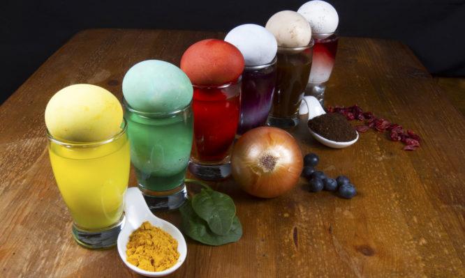 Πάσχα: Βάψιμο αυγών με φυσικά χρώματα από τροφές – Τέλος οι βαφές και τα χημικά | tlife.gr