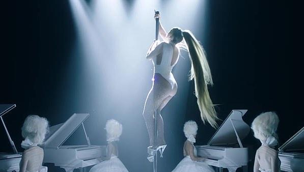 Jennifer Lopez: Αποκαλύπτει το πιο διάσημο σημείο του κορμιού της στο νέο της clip! [Pics,vid]