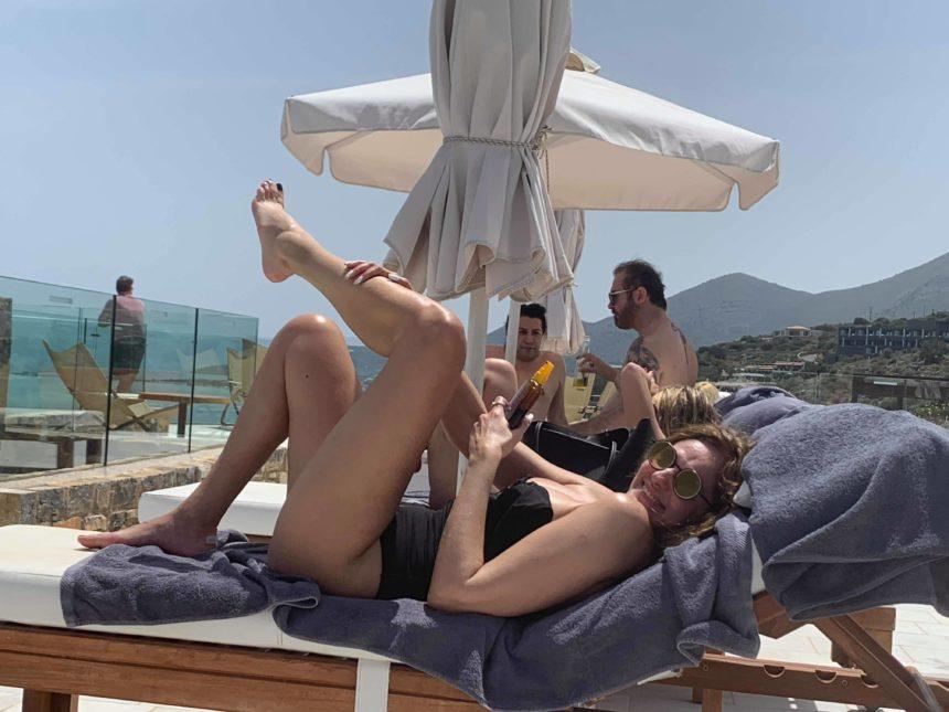 Βίκυ Κουλιανού: Κάνει ηλιοθεραπεία στην Ελούντα και είναι hot! Φωτογραφίες