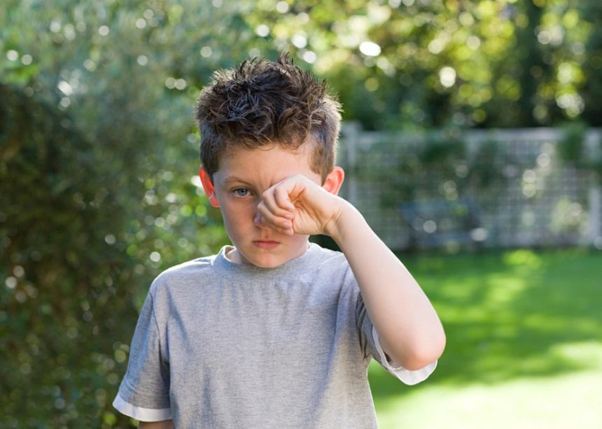 Γιατί την άνοιξη τα μάτια του παιδιού κοκκινίζουν και τα τρίβει; Ο Δρ. Σπύρος Μαζάνης απαντά