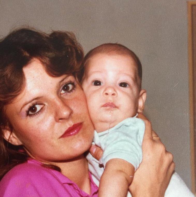 Eίναι διάσημος Έλληνας τραγουδιστής μωρό με τη μητέρα του! Δες το παιδικό του άλμπουμ!