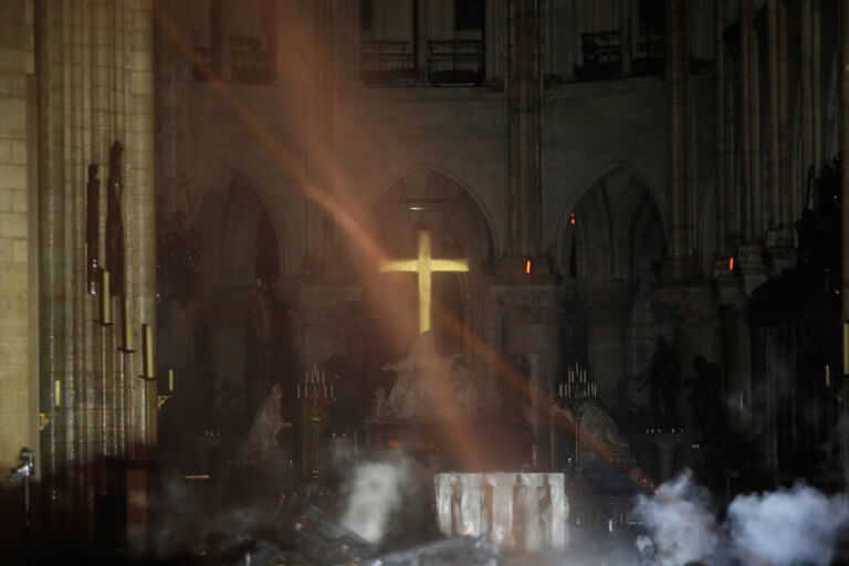 Εικόνες σοκ μέσα από τη φλεγόμενη Παναγία των Παρισίων – Τεράστια η καταστροφή της Notre Dame | tlife.gr
