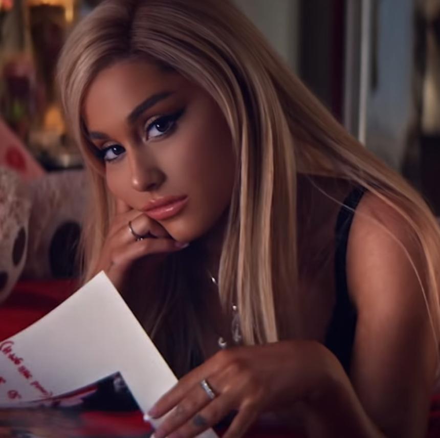 H Ariana Grande θα κυκλοφορήσει μια ολόκληρη σειρά καλλυντικών με το όνομα Thank you, next! | tlife.gr
