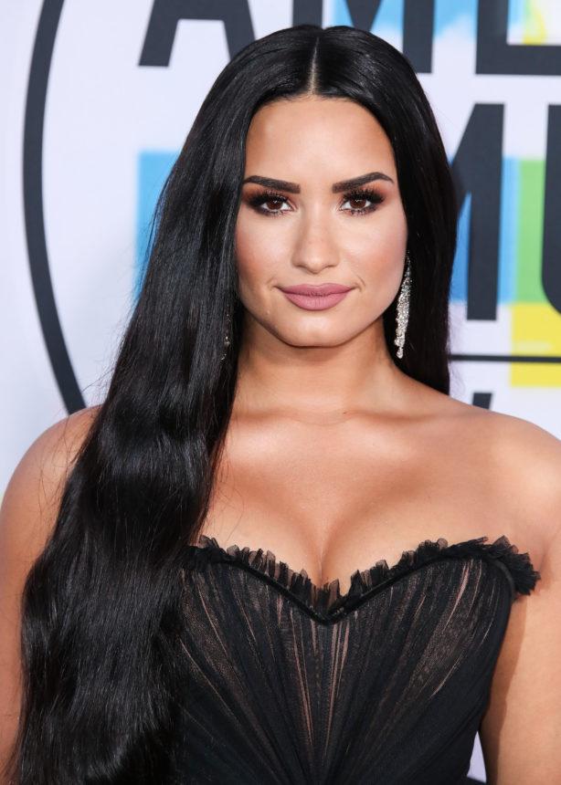 Η Demi Lovato έκοψε τα signature μαλλιά της! | tlife.gr