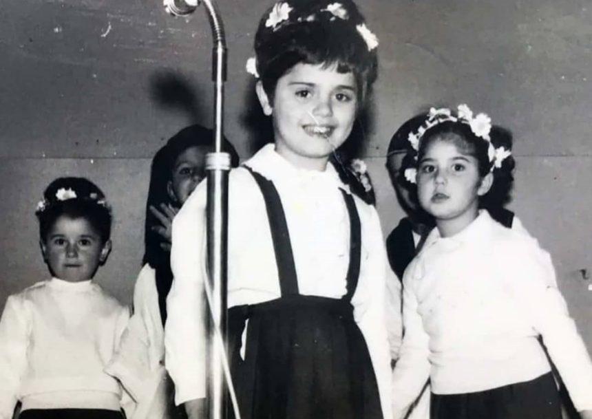 Ποια γνωστή Ελληνίδα τραγουδίστρια είναι η μικρούλα της φωτογραφίας; | tlife.gr