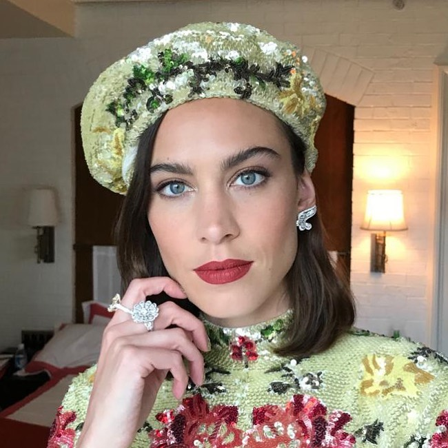 Θέλουμε το κραγιόν της Alexa Chung και μάθαμε ποιο είναι από τον Έλληνα makeup artist της, Γρηγόρη Πυρπύλη | tlife.gr