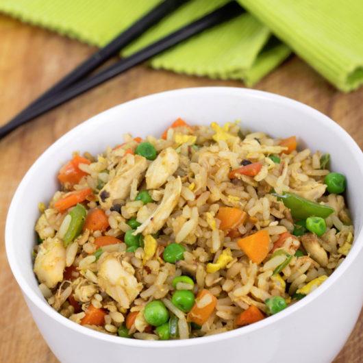 Ρύζι με λαχανικά και τηγανητό κοτόπουλο | tlife.gr