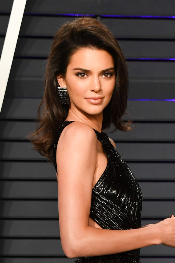 Oh my! Η Kendall Jenner είναι ίδια με τη μαμά της με αυτά τα μαλλιά! Συμφωνείς;   tlife.gr