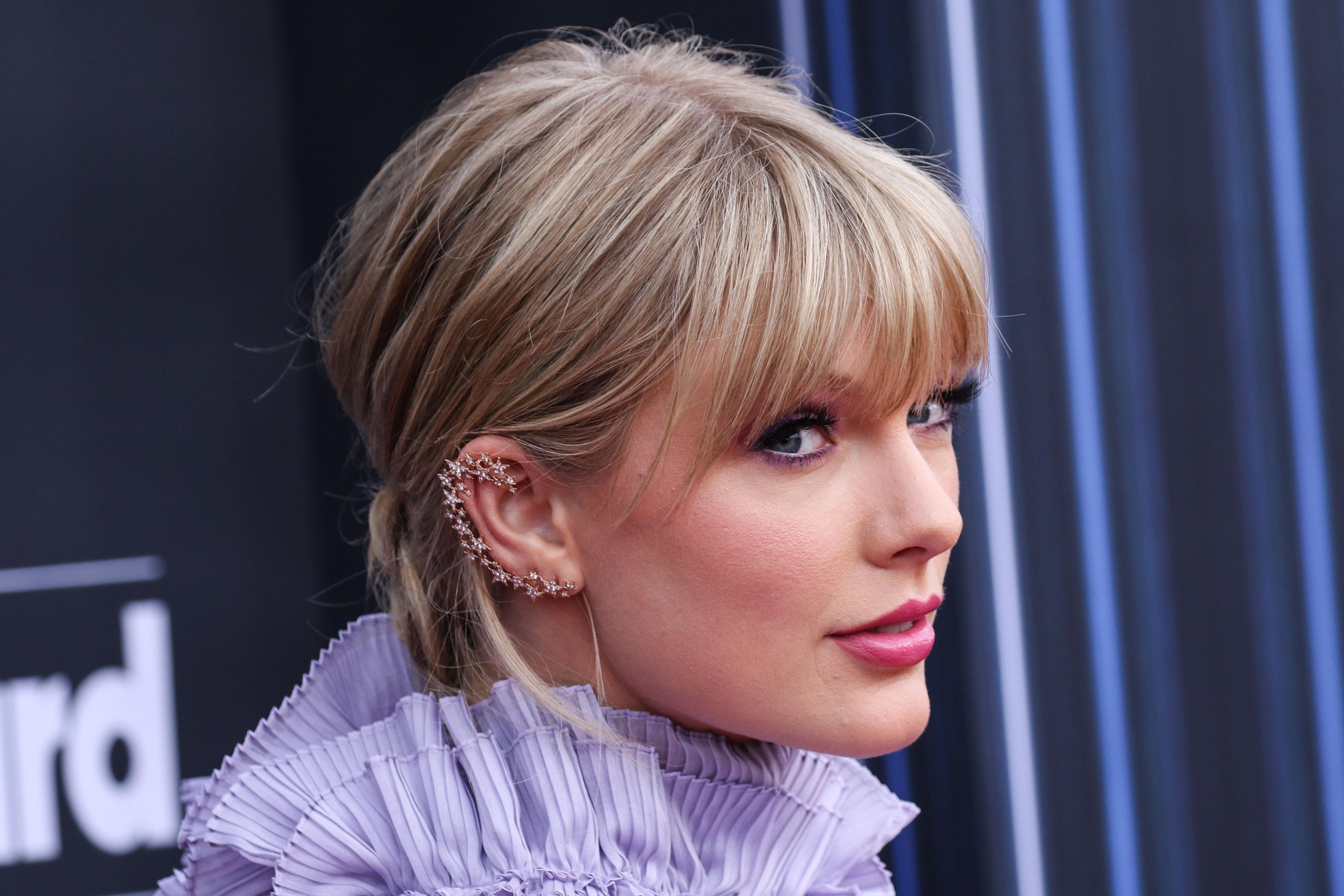Η Taylor Swift άλλαξε δύο φορές χρώμα στα μαλλιά της στα BBMA!