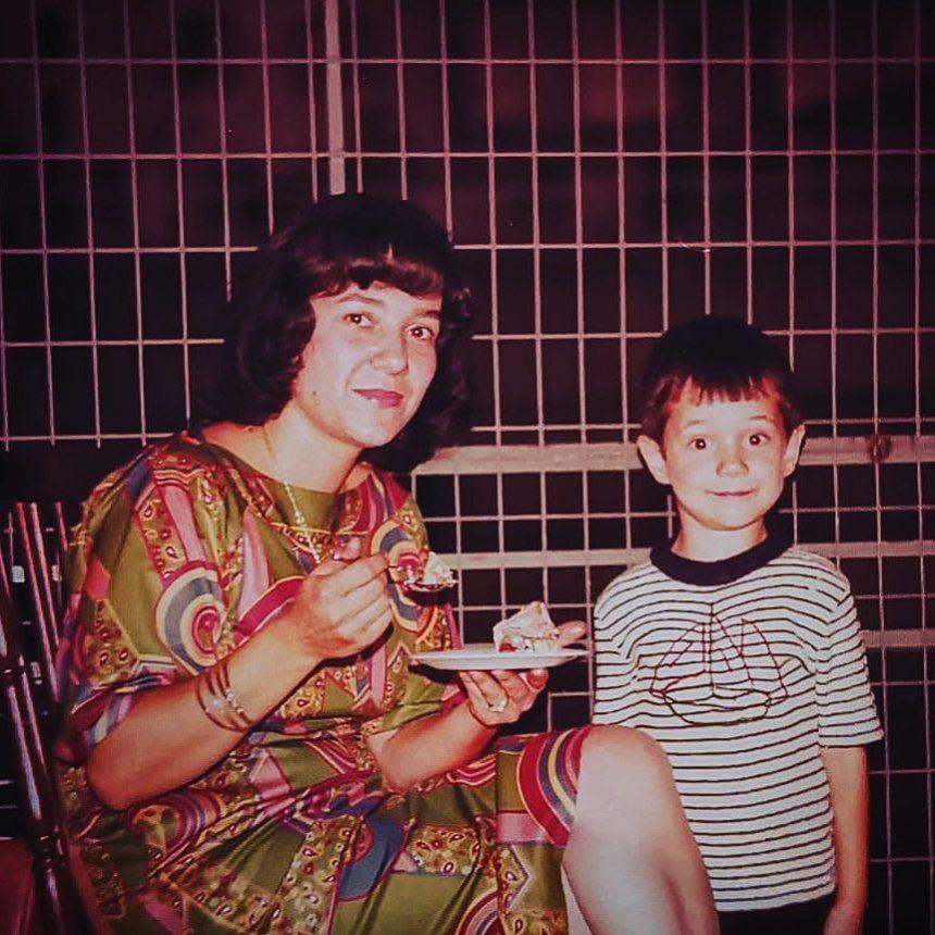 To γλυκό αγοράκι με τη μαμά του είναι βουλευτής και πρώην υπουργός! Το συγκινητικό μήνυμα για τη μητέρα του | tlife.gr